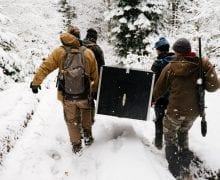 Rumunjski kolege prenose ulovljenog risa do karantene, foto: Hannah Kirkland