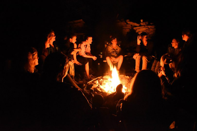 Večernje druženje uz logorsku vatru.